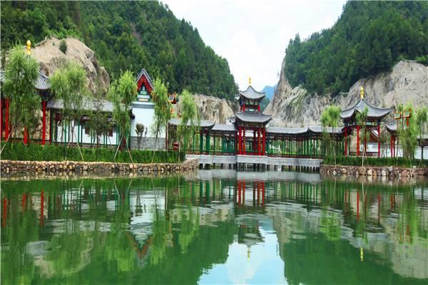 新长春园是横店圆明新园内最风情浪漫的一个园区。它以北京圆明园盛时长春园为蓝本,按1:1比例建造。园内既有金碧辉煌的海岳开襟,精致有趣的狮子林等中式经典皇家建筑,也有充满西洋风情的欧式宫殿和喷泉,并且创新增加了英法美俄日德意奥八个国家的精美特色建筑,每个景园搭配以特色花木,游客不出国门就能领略多国景观及人文风情,堪称是中西合璧、惊世绝美的皇家园林。 在这当年清朝皇帝休闲娱乐之地漫步,各具特色、风格迥异的中西方古今建筑让人恍若穿越时空。园内花样繁多的水法喷泉随处可见,小动物喷泉诙谐有趣,大水法气势壮观,以水报