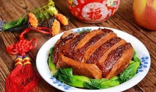 爽滑的米粉,炸黄豆,酸豆角,酸萝卜等各种配菜 荔浦芋扣肉是桂林传统图片