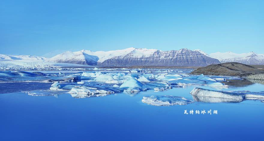 """上午游览地球最北的城市、北极斯瓦尔巴群岛首府朗伊尔城。由于座落于北纬78度,因此这里处于极地气候,没有夏天,冬天漫长,不过有北大西洋暖流的滋养,这里的春天一样温暖。朗伊尔城是世界最北端的有较大人口的城市,基于其极端地理位置,亦以多项世界最北之最列入世界纪录。基于其北极圈极北位置,十一月末至二月中为极夜,四月中至八月中为极昼。其中央大学是地球上最北端的高等教育院所,其核心研究是自然科学。 下午约16时登上极地探索邮轮(EXPEDITION),随着启航的鸣笛声开始为期7天激动人心的""""北极熊王国-"""
