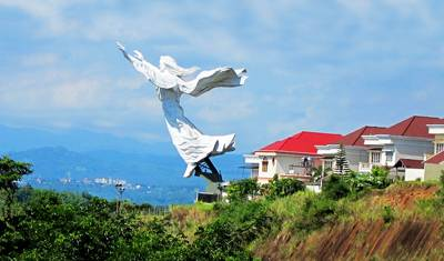 美娜多六天游_印尼美娜多-耶稣斜雕像