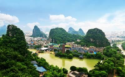 桂林四天游_在叠彩山上远观木龙湖东盟博览园