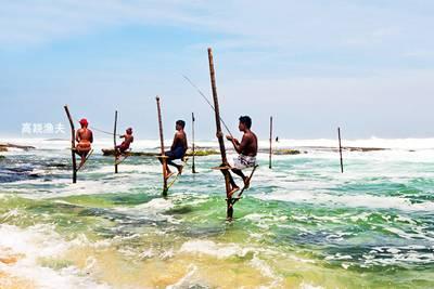 斯里兰卡6天游_斯里兰卡南部海岸海滩上的高跷渔夫