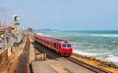 斯里兰卡6天游_乘坐海边小火车