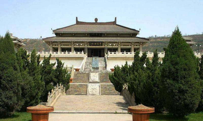 陵墓东连天台山风景名胜区,北隔蒙峪河与诸葛山相望,南边