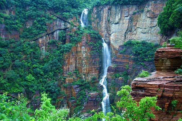 宝泉旅游度假区位于河南省新乡市辉县市西四十公里处的峪河出