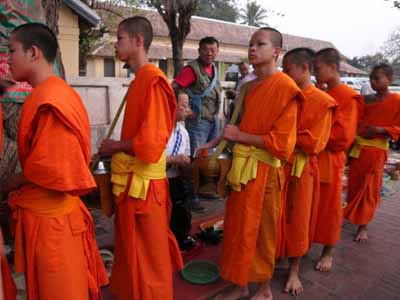 老挝六天游:老挝僧侣布施