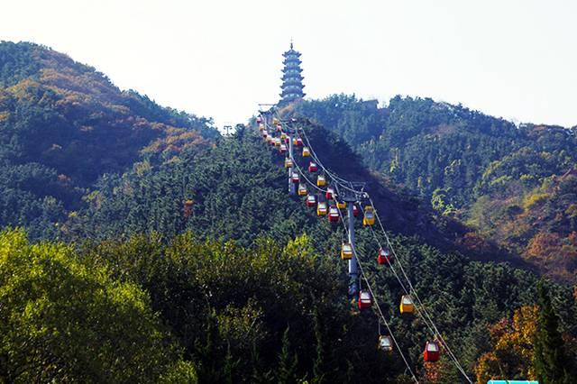 坐着索道上塔山······ 一边缓缓爬升 一边赏着沿途的风景 沿途