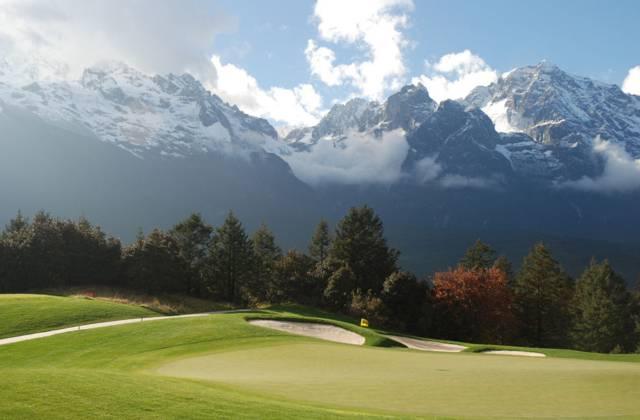 高尔夫球场坐落在风景如画的玉龙雪山东麓甘海子