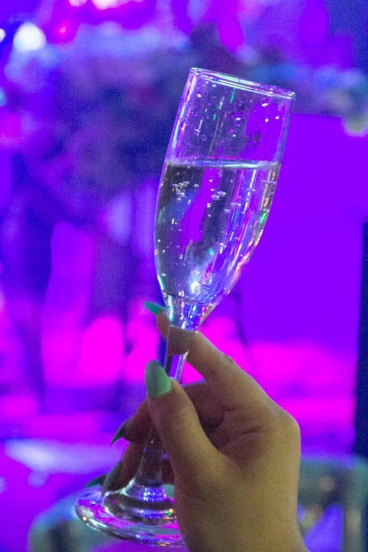 【粉丝福利】仅需39.9元疯抢从化欣荣宏喜时欢乐套餐,半打百威或1支香槟二选一,还送夏日果盘,舒适的环境,还有高质量驻唱哦~~这个周末,相约喜时啦~~