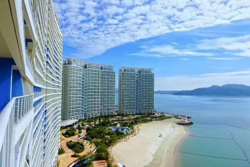 【惠州】背靠高铁,可住4-5人,7个月平日周末无加收,99抢融创海湾半岛180°海景房,这里不限行,享私家沙滩+免费WiFi~