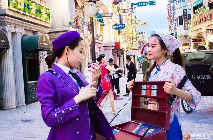 """打卡""""东方好莱坞"""",这里是追星女孩做梦都想去的地方!699元即可开启2天1夜追星之旅~住广州街影视主题酒店+双人早餐+双人雷迪森庄园酒店海鲜自助晚餐+双人广州街香港街日景+夜游+四选一景点双人门票,还可免两个儿童门票,免费体验广州街古装!"""