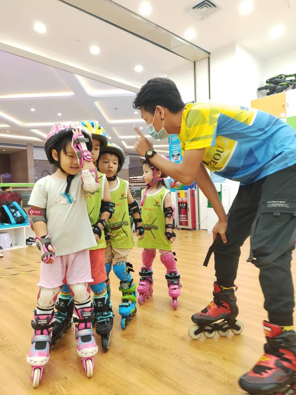 【广州 五店通用】29.9元玩转60分钟轮滑探索活动,穿上全套装备让孩子瞬间变成追风少年,轻快灵敏酷炫十足!