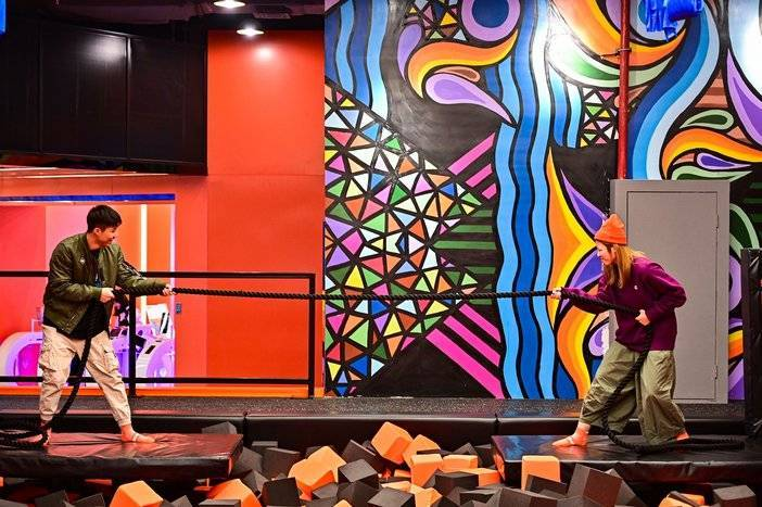 【佛山·禅城·Rockin'jump室内大型蹦床乐园】79.9元购双人畅玩2小时+防滑袜套餐!20+项目任你玩