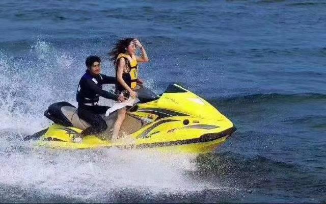 【惠州丨双月湾】全年平日周末节假日通用,99元抢双人摩托艇游玩套票!搭配专业教练全程服务,让你在海上嗨个痛快!