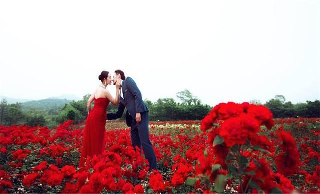 武汉木兰玫瑰园当你跨过无数的田野,漫步于火红的玫瑰山下,穿越云雾缭绕的山峦和蓝色湖水,攀越突兀的山岩,这里是你应该驻足的地方——玫瑰花园!穿过玫瑰花瓣门楼,化身于浪漫使者的炼石祈福着每一位进入玫瑰园的朋友。沿着花径登上玫瑰坡,目睹花田一角,细赏玫瑰王国的千姿百态。闻着空气里漂浮的玫瑰花香,穿越丛林栈道,抵达湿地轩,驻足品茗。春水的菱角极富营养,秋池的锦鲤闻听游人脚步欢快畅游,穿过让人闻之不厌的玫瑰长廊,欧洲各种名贵玫瑰恰似自然花镜布满长廊。情人谷——满谷的野