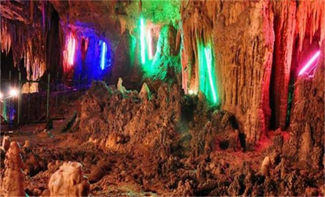 """玉龙洞地处团堡镇樱桃井村,距""""318""""国道线上的团堡集镇7公里。因洞内化学沉积物洁白如玉和洞中一景酷似飞龙,故名玉龙洞。该洞分上、中、下三层,洞内终年恒温14—18摄氏度,仅中层洞穴面积就有10余万平方米,中层洞有各种景观80多处。它们形态或灿烂如金,或粗如浮图,或细如粉丝,或金银如玉,胜似人间仙境,被中外游客誉为鄂西南溶洞中一颗灿烂的洞穴明珠。令人大饱眼福,使人心旷神怡,流连忘返。 其景观小巧玲珑,景点多姿多彩,十分集中。在这座大自然塑造的地下迷宫中,景点诸如&ldq"""