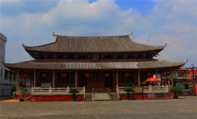 """佗城景区位于广东省东北部的""""千年古县""""—龙川县佗城镇。佗城,原称龙川城,是在公元前214年,秦始皇平定南越后,设县治所所在地。为纪念首任县令后为""""南越王""""的赵佗,故称为佗城。佗城是""""世界客家古邑、岭南文化名城"""","""",至今已有2225年历史,素有""""秦朝古镇,汉唐名城""""的美称,是广东省首批历史文化名城。佗城虽经历千年沧桑,但至今仍保存有秦朝时期的越王井、赵佗故居;唐代的正相塔;宋代的越王庙、"""